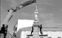 La estatua El Corazón de Jesús vuelve a instalarse en el centro de la plaza de Villanueva de la Serena