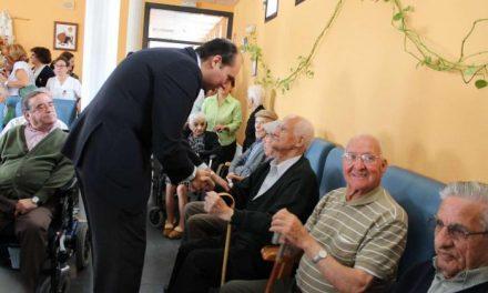 Hernández Carrón comparte con los usuarios del centro de mayores de Gata la celebración de su aniversario