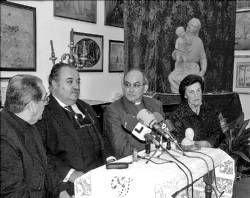 La familia del escultor Juan de Ávalos regala una réplica de la Virgen de la Rosa al museo de Almendralejo
