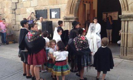 La boda tradicional extremeña ha congregado a vecinos y visitantes en la localidad de Moraleja
