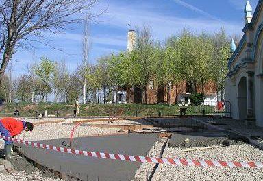 Construcciones Naveiro lleva a cabo la pavimentación del entorno de la ermita de Argeme de Coria