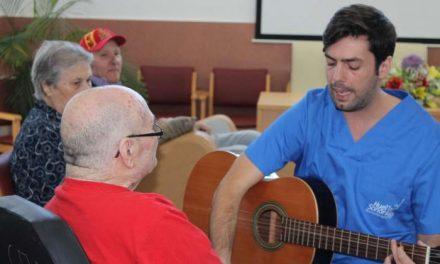 Unos doscientos usuarios de centros de mayores participan en el programa de musicoterapia del SEPAD