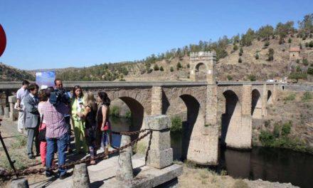 Trinidad Nogales anima a los extremeños a seguir votando para que el puente de Alcántara sea 'Mejor Rincón'