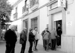 Colas de clientes y curiosos en la administración de Loterías que se selló el pleno al 15 en Don Benito
