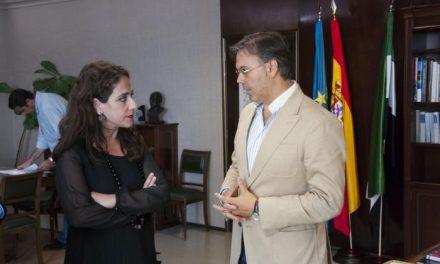 La consejera de Empleo y Mujer y el presidente de la FEMPEX abordan distintas medidas en política social