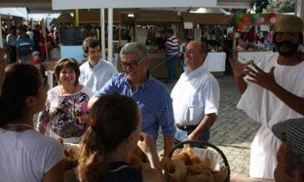 """Panaderos lusos elaboran en Idanha a Velha el pan """"casqueiro"""" más grande de Portugal"""