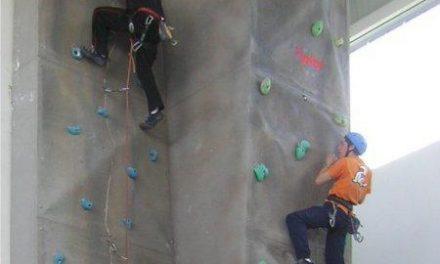 Los niños de Moraleja reciben clases gratuitas de escalada en el rocódromo del pabellón