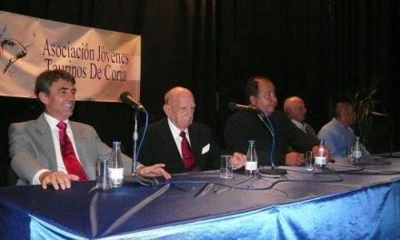 Cientos de personas asisten en Coria al homenaje al ganadero Victorino Martín y al mayoral Julio Presumido