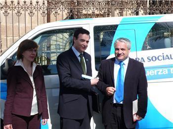 La Obra Social de Caixa Galicia cede tres vehículos a la región para trabajar con discapacitados