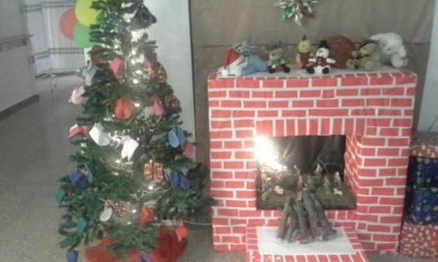 El Hospital de Plasencia decora el árbol  con patucos que entregarán a bebés que nazcan en Navidad
