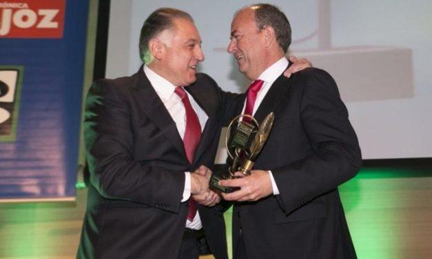 El presidente José Antonio Monago entrega a Francisco Piñero el premio Empresario de Badajoz
