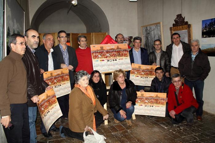 """La peña cauriense """"P´Habernos Matao"""" recauda 1.500 euros con su calendario solidario 2014"""