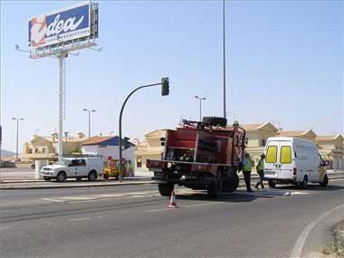 Un vehículo de bomberos colisiona contra un turismo cuando íba a sofocar un incendio en el campo