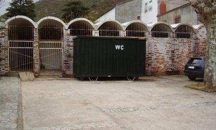 El Ayuntamiento de Baños de Montemayor instala inodoros públicos en el centro del municipio
