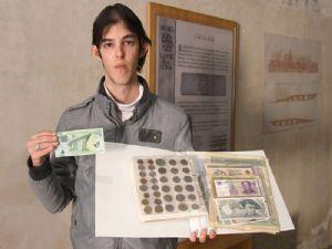 El moralejano Jonathan Carnerero expone su muestra de billetes y monedas del mundo en Coria