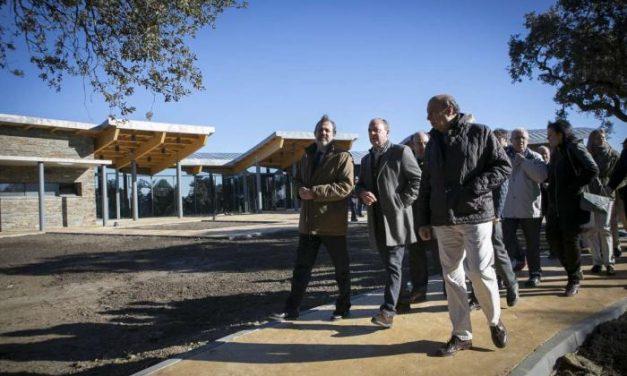 Monago y el secretado de Estado de Medio Ambiente visitan el centro de visitantes del Parque de Monfragüe