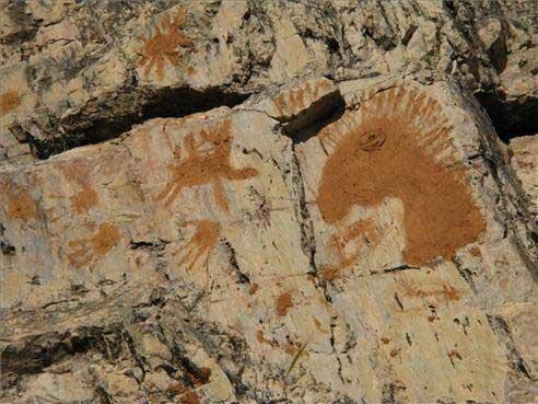 Denuncian la aparición de pintadas hechas en barro en la cueva cacereña de Maltravieso
