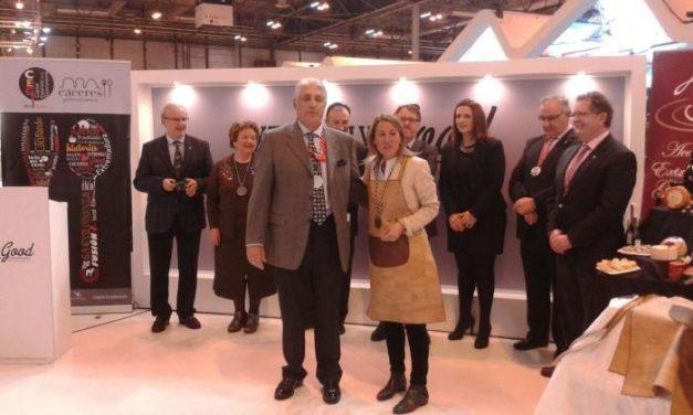 La Academia galardona con el Mandil de Corcho a representantes de Cáceres Capital Gastronómica