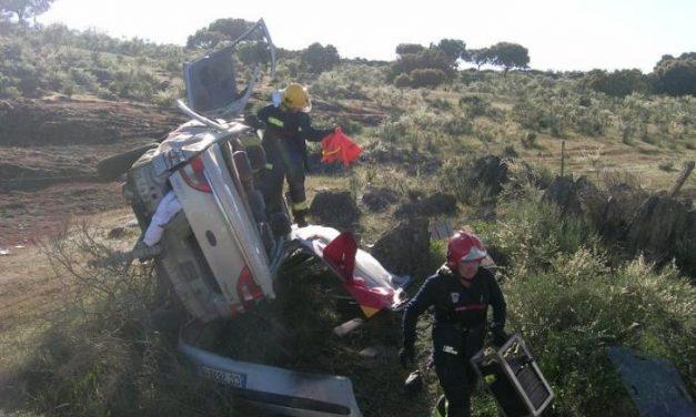 Tres personas resultan heridas de divesa consideración en un accidente en la Ex-108