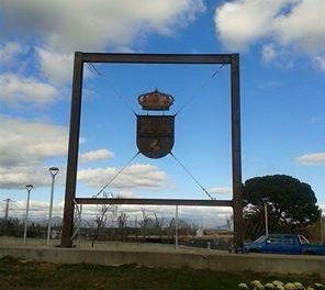 El consistorio instala un escudo de Moraleja a gran tamaño en la rotonda que da acceso al parque fluvial