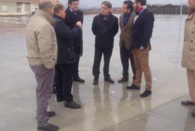 El consejero de Fomento evalúa con los alcaldes de Coria y Moraleja inversiones por 7,5 millones de euros