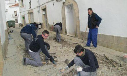Los alumnos de Aprendizext de Valencia de Alcántara comienzan a ejecutar mejoras en el barrio Gótico
