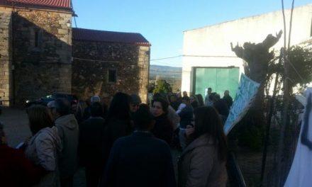 Unos 250 vecinos de Santa Cruz de Paniagua protestan contra actos vandálicos dirigidos a su alcalde