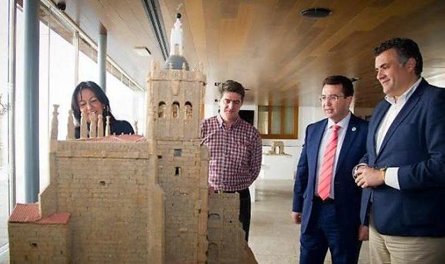 El Parlamento muestra una exposición de monumentos regionales de un empresario de Puebla de Argeme