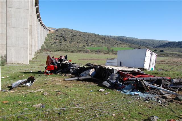 El camionero que murió al precipitarse con su vehículo por el viaducto del Almonte murió de un infarto