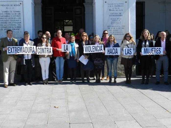 Localidades como Valencia de Alcántara, Coria y Moraleja se suman al minuto de silencio contra la violencia