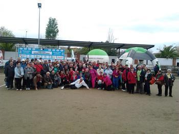 Un total de 130 jugadores de Rivera de Fresnedosa participa en Zarza La Mayor en un torneo de petanca
