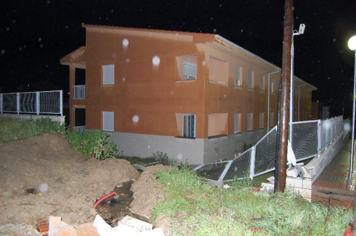 El temporal de lluvia y viento ocasiona el derrumbe de un muro del vallado del cuartel de Talayuela