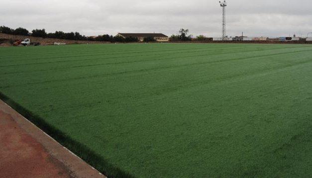 Carrilho indica que el campo de fútbol artificial de Valencia de Alcántara podría abrir sus puertas en mayo