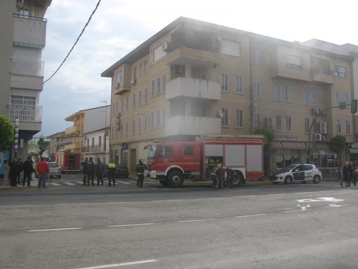 Bomberos y Policía Local sofocan un incendio registrado en la cocina de un céntrico hostal de Moraleja