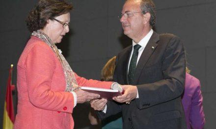 Monago destaca que la implicación de los profesores es esencial para transformar la región