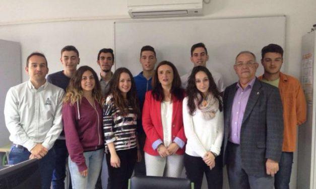 Alumnos del instituto Valle del Jerte de Plasencia presentan un nuevo proyecto turístico a Elisa Cruz