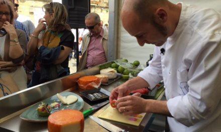 El Chef Joaquín Felipe destaca las particularidades de los quesos extremeños en el show-cooking de Trujillo