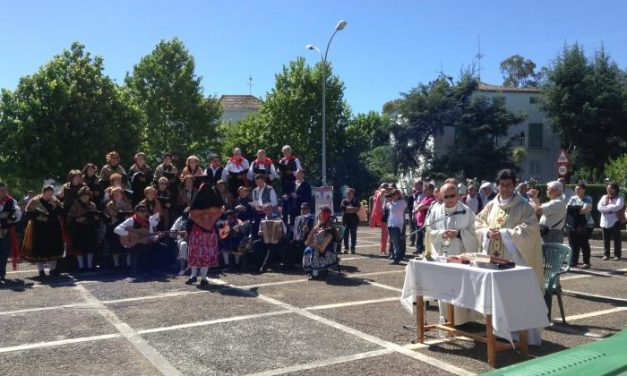 Más de medio centenar de carrozas participan en la romería de San Isidro de Valencia de Alcántara