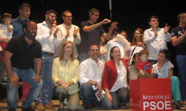 El PSOE acerca su mensaje electoral en un acto con canciones y el respaldo de Eduardo Madina en Moraleja