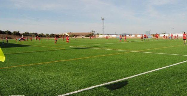 Los deportistas de Valencia de Alcántara disfrutan de los primeros entrenamientos en el campo de césped artificial