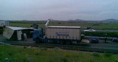 La A-5 registra problemas en el tráfico tras volcar un camión que transportaba botellas de gas medicinal
