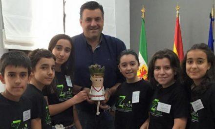 Ballestero vive su primera jornada tras ser nombrado de nuevo alcalde de Coria con un grupo de estudiantes