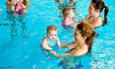 El Ayuntamiento de Moraleja propone cursos de natación para bebés para fomentar la práctica deportiva