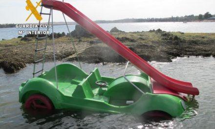 La Guardia Civil rescata a cuatro jóvenes de una embarcación que se semihundió en un embalse