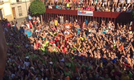 Cientos de jóvenes dan la bienvenida a San Buenaventura durante el pregón de las fiestas