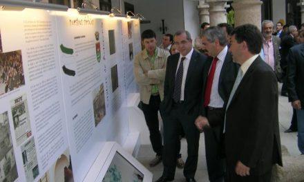 El patio del Ayuntamiento de Coria acoge la exposición del 25 aniversario de la Asamblea de Extremadura