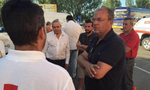 El presidente de los populares extremeños, José Antonio Monago, visita a los evacuados de Sierra de Gata