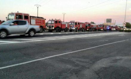 Un centenar de bomberos y  32 camiones lusos colaboran en la extinción del incendio en Sierra de Gata