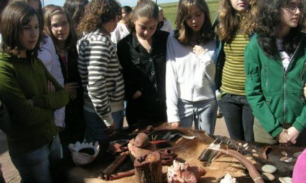 Estudiantes de Secundaria del Instituto Jálama participan en unos talleres sobre la Prehistoria