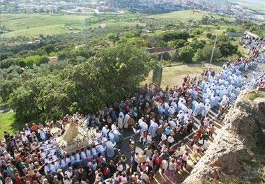 Miles de cacereños reciben a la patrona de la ciudad, la Virgen de la Montaña, en una espléndida tarde